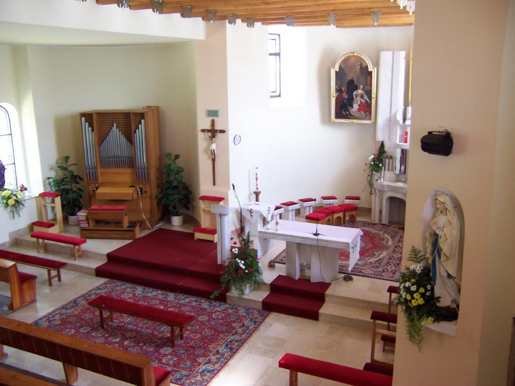 Súčasný interier kostola vo Visolajoch